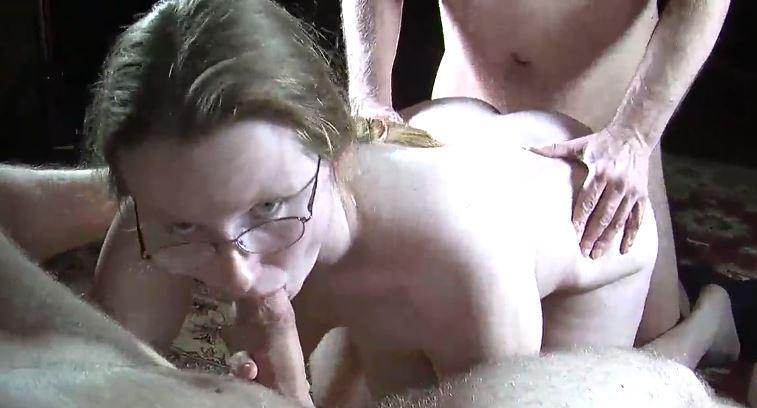 Une jeune fille moche de 18 ans baise avec vieux pervers