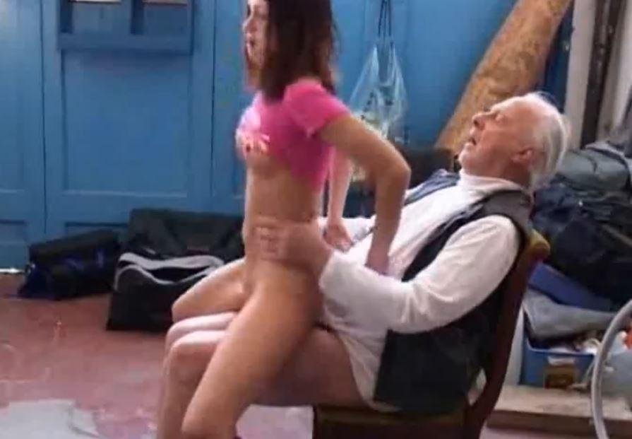 Jeune femme baise avec vieux papy